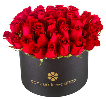 Flower arrangement of roses in a round box